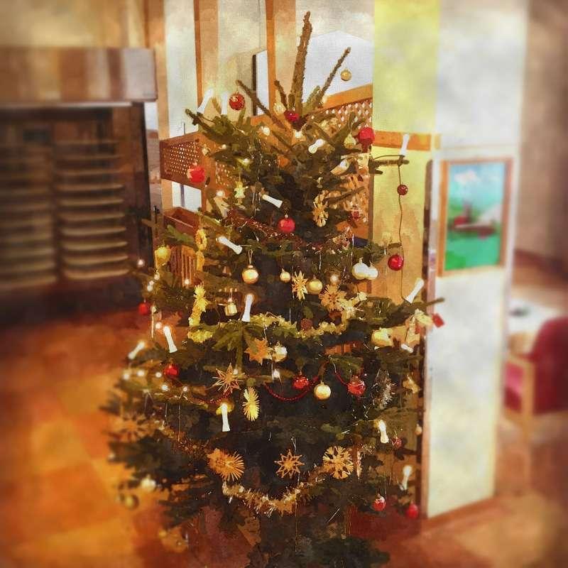 Weihnachtsbaum im Wasserfarbenstil mit Tilt-Shift-Effekt