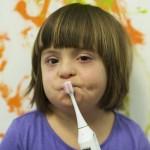 Kind mit offenem Mund beim Zähneputzen
