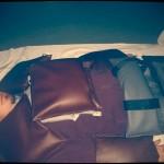 Ergotherapeut Markus Kraxner beschwert mit zahlreichen Sandsäcken