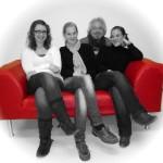 Julia Bachmaier, Karoline Tatzreiter, Markus Kraxner und Martina Landl auf einer roten Kunstledercouch