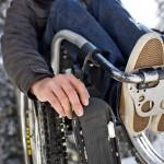 Wheelblade-Ski mit Abnützungen an der Lauffläche am rechten Vorderrad eines Aktivrollstuhls
